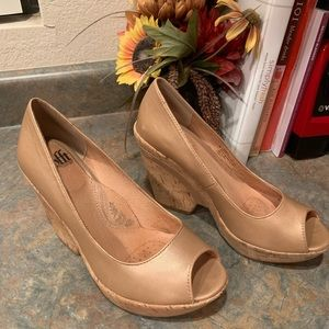 Sofft Gold Tan leather wedge shoe 7 med